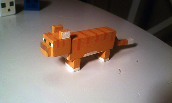 国外一位父亲为女儿做的一系列《Minecraft》我的世界玩具。其中有着末影龙与许多在游戏里的生物,这些玩具全部都是用木头做的,不仅外形一模一样(当然这只末影龙的四肢经过改良使其能够站立),而且部分关节处还是可活动式的,上色了之后简直比官方售卖的玩具手办都要好看。