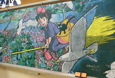 11区美术老师为即将毕业的学生送上超感人黑板画 《你的名字。》还原度超高!