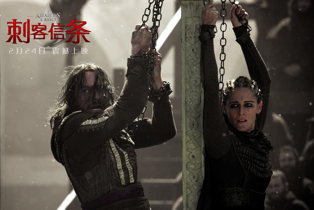 """好莱坞动作冒险奇幻巨制《刺客信条》将于2月24日在中国上映。今日,片方再次发布""""回到过去""""版预告,向我们揭秘了""""法鲨""""现代身份背后的身世之谜。 """"法鲨""""身世大揭秘奇幻十足 玛丽昂处心积虑引发悬念 《刺客信条》中穿越古今的剧情设定曾经让一代代游戏玩家为之着迷,而这一经典桥段在电影中也得到了完美保留。从今天发布的""""回到过去""""版预告中,我们能够清晰地看到这一穿越戏码的由来。""""法鲨""""扮演的刺客后"""